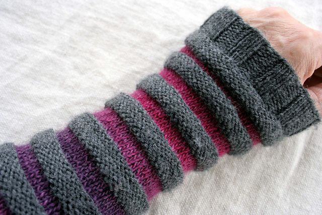 Ravelry: Kommewaswolle's Ringli [knit fingerless textured stripes]