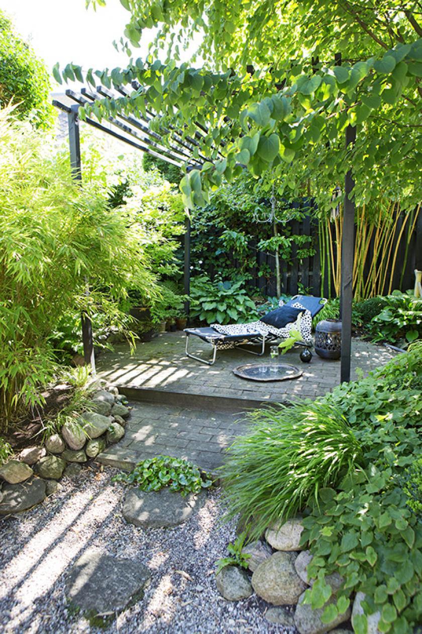 Zo haal je het meeste uit een kleine tuin is part of Garden design layout, Backyard, Small garden, Garden inspiration, Garden design, Small backyard - Heb je een kleine tuin  Dankzij deze decotips laat je hem veel groter lijken dan hij is!