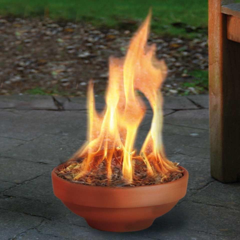 Terrassendeko Feuertopf mit Kerzenwachs - Ein dekorativer, stimmungsvoller Feuertopf für den Außenbereich. Gefüllt mit gut brennbarem Kerzenwachs. Und mit dem massiven Docht kann die Flamme bis zu 30 cm Höhe erreichen. Nach einem Regen Wasser entfernen und wieder neu anzünden.