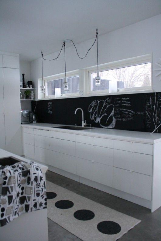 cuisine en noir et blanc cr dence tableau noir et petites poign es fines black white. Black Bedroom Furniture Sets. Home Design Ideas