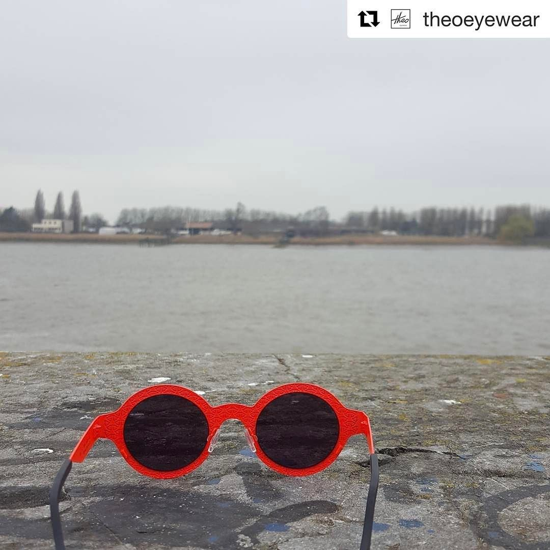 Antwerp, we love you on a rainy day, when there are clouds or when the sun shines so hard that it hurts our eyes. We don't want to live in fear, Antwerp, everytime we walk your streets or we sit on one of your lovely terraces. So Antwerp, we will not. We've decided to put on a colourful frame and look on the bright side of life. Because there's a lot of that side. Way more than there's dark side. We are ready.