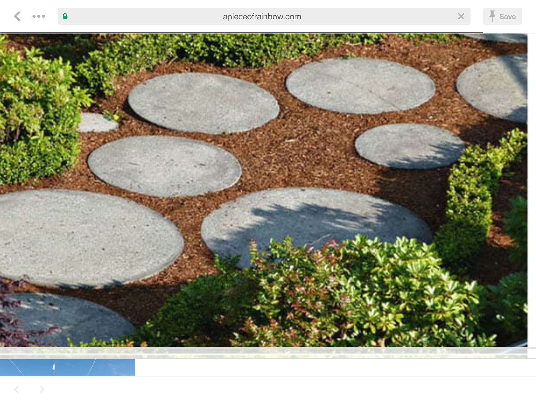 Round Pavers Of Varied Sizes In Mulch Round Pavers Front Garden
