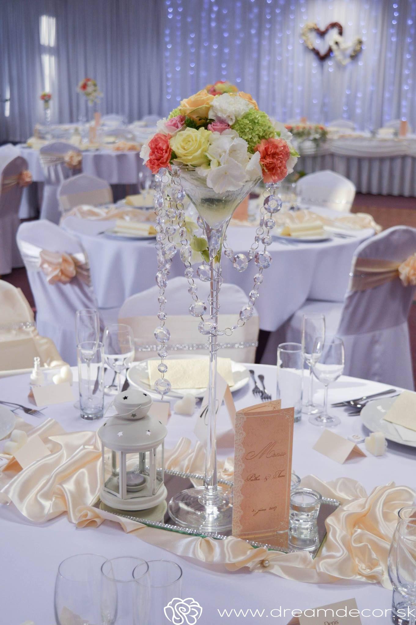 53d8ac68c Okrúhly stôl si pýta vysoké ozdoby. | Kvetinová výzdoba svadby | Svadby