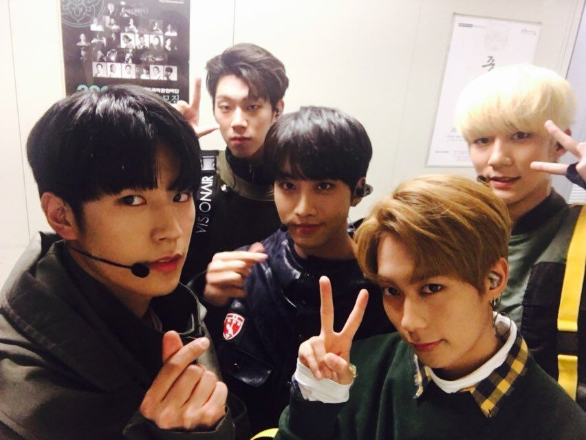 "161209 KNK's Tweet ""[#지금크나큰] 잠시 후 5시, KBS 생방송 뮤직뱅크 ! 크나큰은 여덟번째 무대에 섭니다 팅커벨 여러분들의 많은 응원 부탁드립니다!!!! #크나큰 #KNK #뮤직뱅크 "" [#KNKnow] In a bit at 5pm, KBS Music Bank live brodcast ! KNK's stage will be the 8th Tinkerbells please show lots of support!!!!!..."