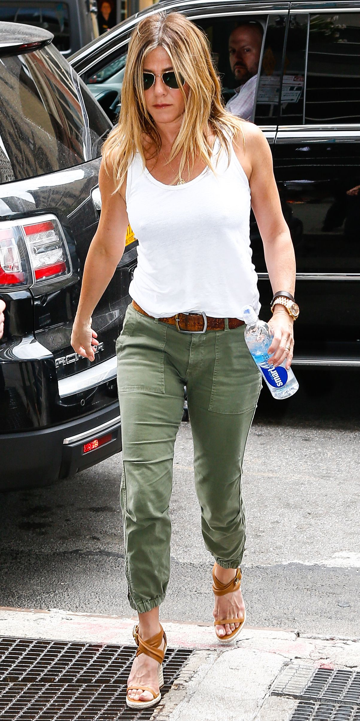 Jennifer Aniston Shows Off Her Svelte Physique in a Casual-Cool Ensemble
