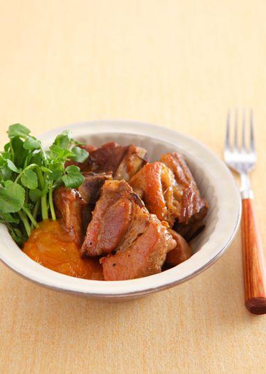マンゴージャムで甘みとコクを付けた、スペアリブの煮込みです。マンゴージャムで煮込むことでスペアリブが柔らかく仕上がります。
