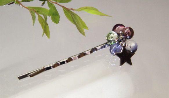 赤紫・青紫・緑色のガラスでできた粒々を ヘアピンに加工しました ヘアピン  素材:金属   色 :銀   長さ:約5.6㎝つぶつぶ  素材:ガラス星チャーム ...|ハンドメイド、手作り、手仕事品の通販・販売・購入ならCreema。