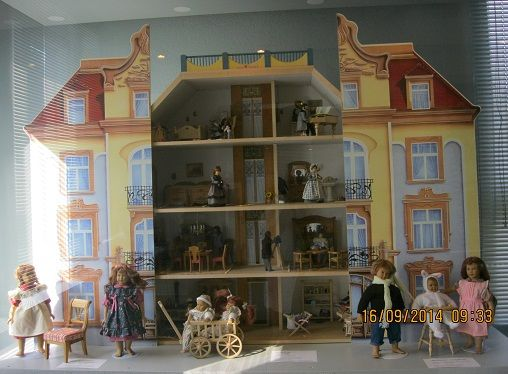 Bodo Hennig, Borstendorf -  Puppenvilla Jugendstil Hergestellt  2001 - 2002 Sammlerpuppenhaus mit acht Räumen, funktionsfähiger Aufzug, Dachgarten und Fassade zum öffnen, Eingerichtet mit Jugendstil und Classic Puppenmöbeln