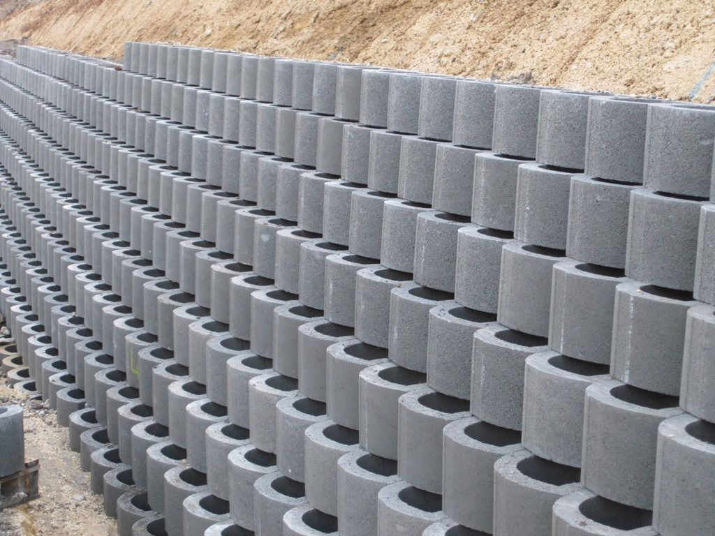 Hollow concrete block for retaining walls surface mounted