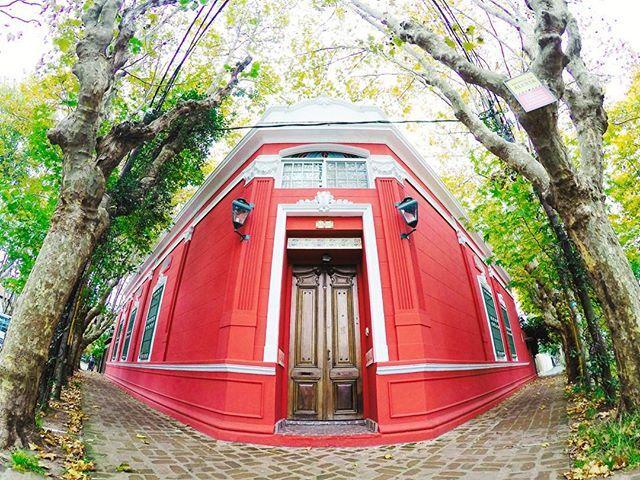 Casa en la esquina en Olivos  #architecture #house #design #town #street #art #symmetry #gopro #goprolife #goprooftheday #vsco #vscocam #goprouniverse #photooftheday
