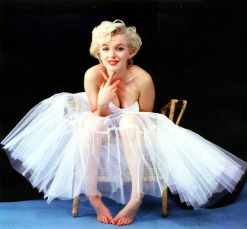 Iconic image: marilyn monroe ballerina sitting milton greene 1950s 50s vintage colour