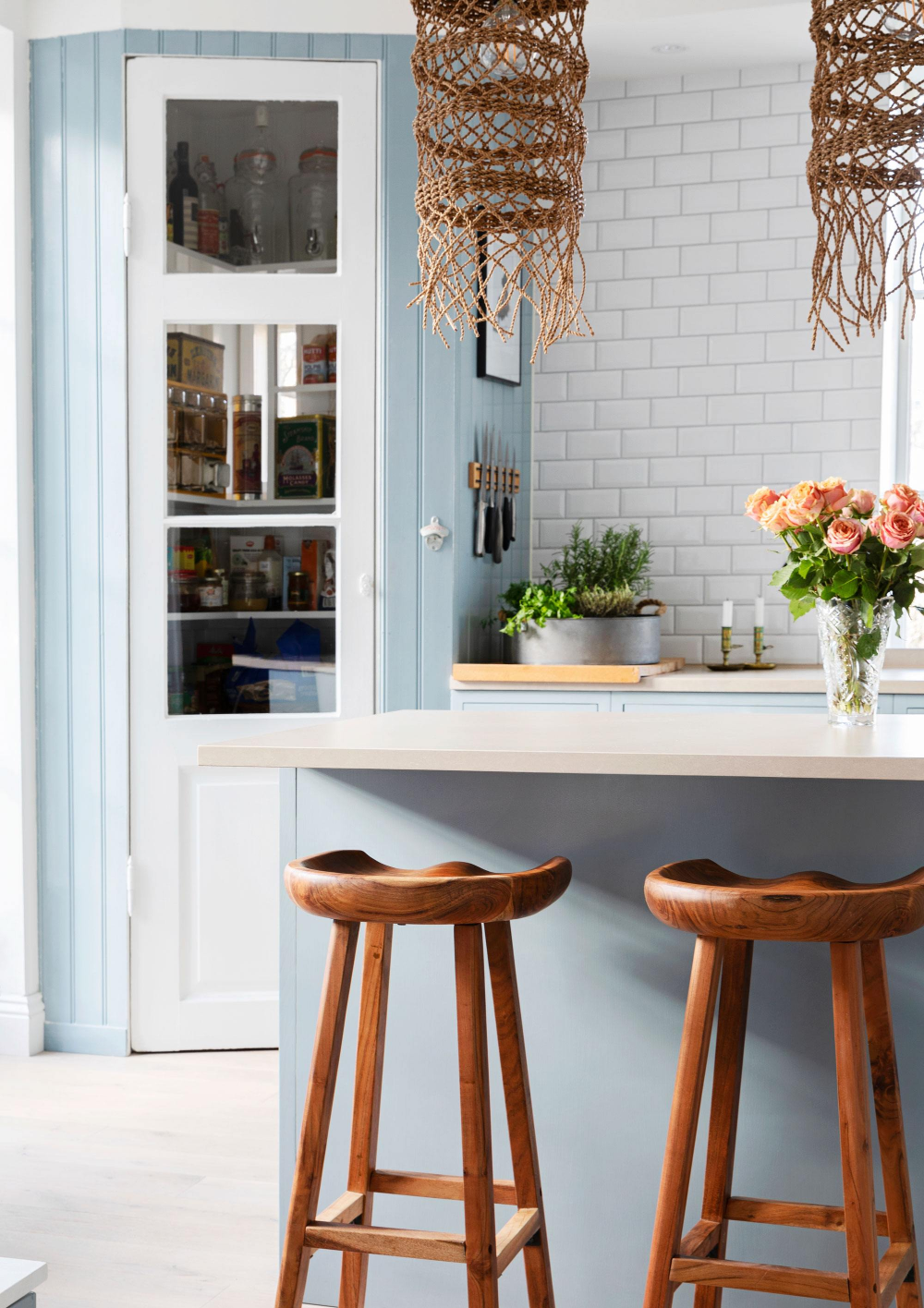 Photo of Köket har renoverats i shakerstil med enkelt formspråk & bohemisk touch