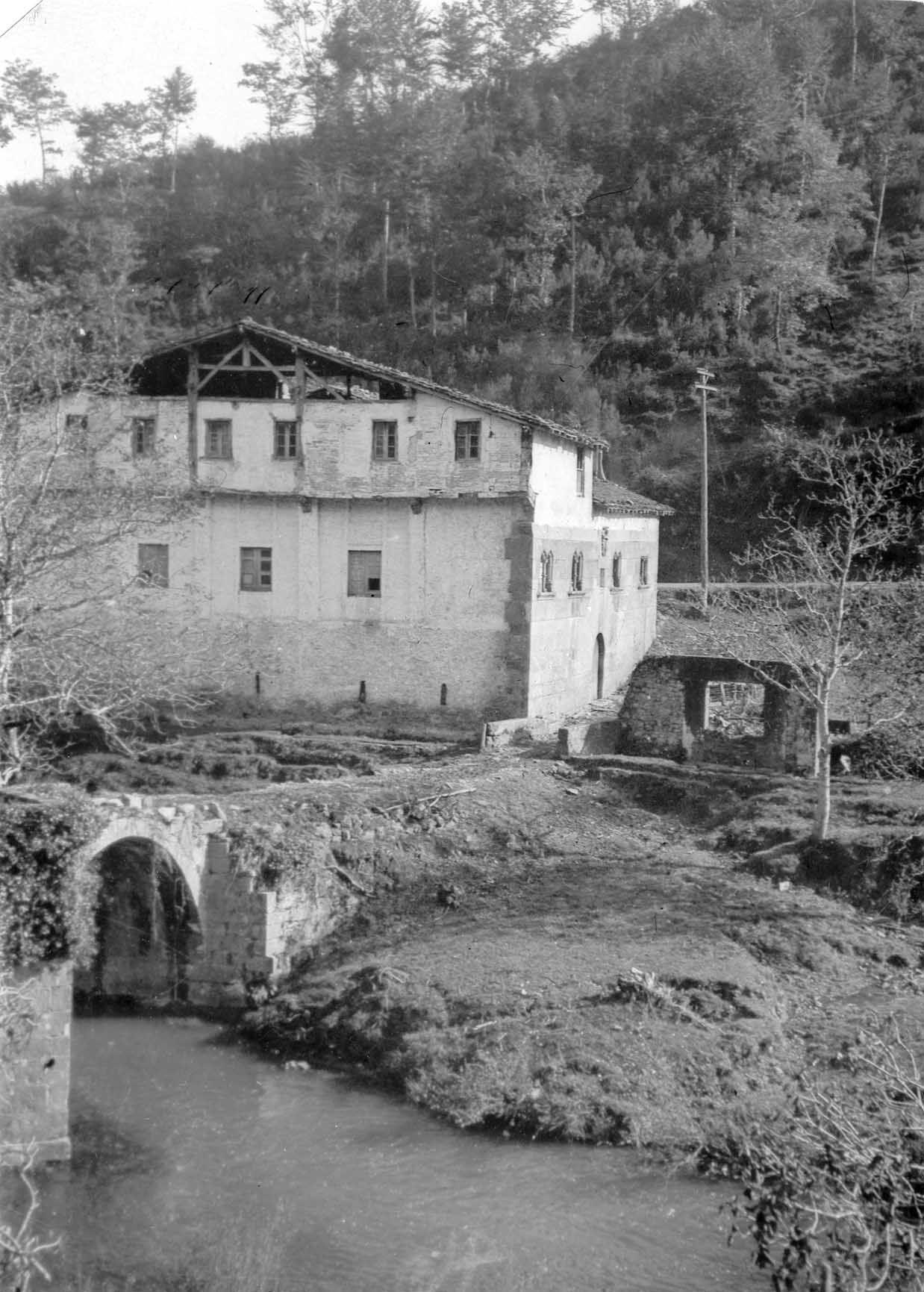VOLUMEN Y SOPORTE: 1 fotografía en blanco y negro, negativo en película, positivo en papel