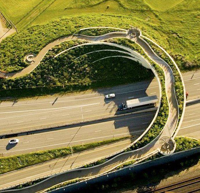 \Vancouver Land Bridge // Punkt styku komunikacji pieszej i kołowej. / Meeting point of motorway and pedestrian commmunication
