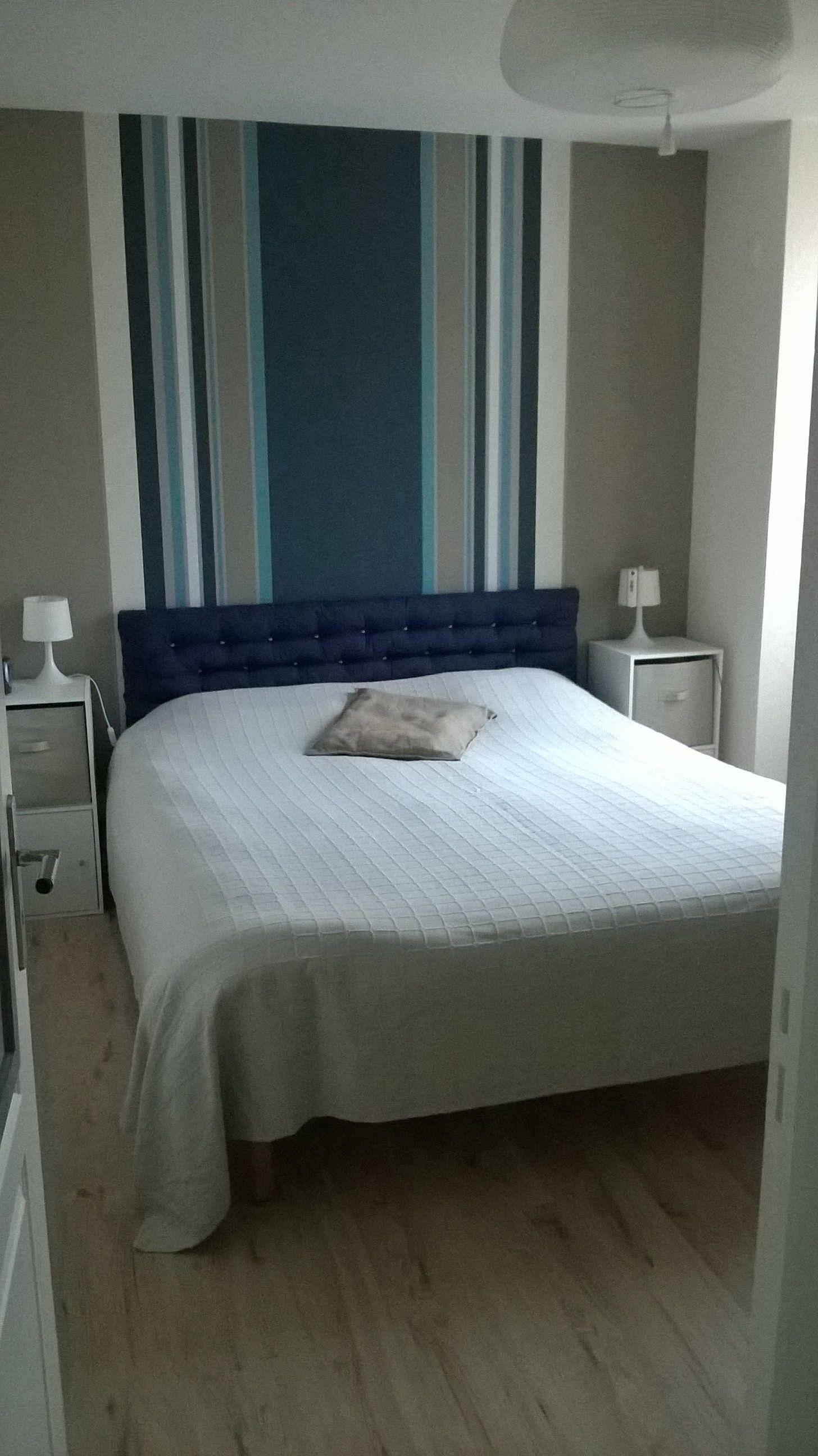 ma chambre le motif en papier peint agrandit la pi ce qui est petite 2 rouleaux unis beige. Black Bedroom Furniture Sets. Home Design Ideas