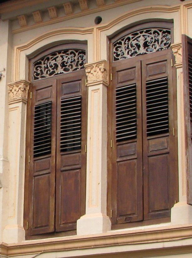 Las ventanas elegantes de las viejas casas de tienda de Singapur están entre la ciudad mejor reconoció rasgos arquitectónicos