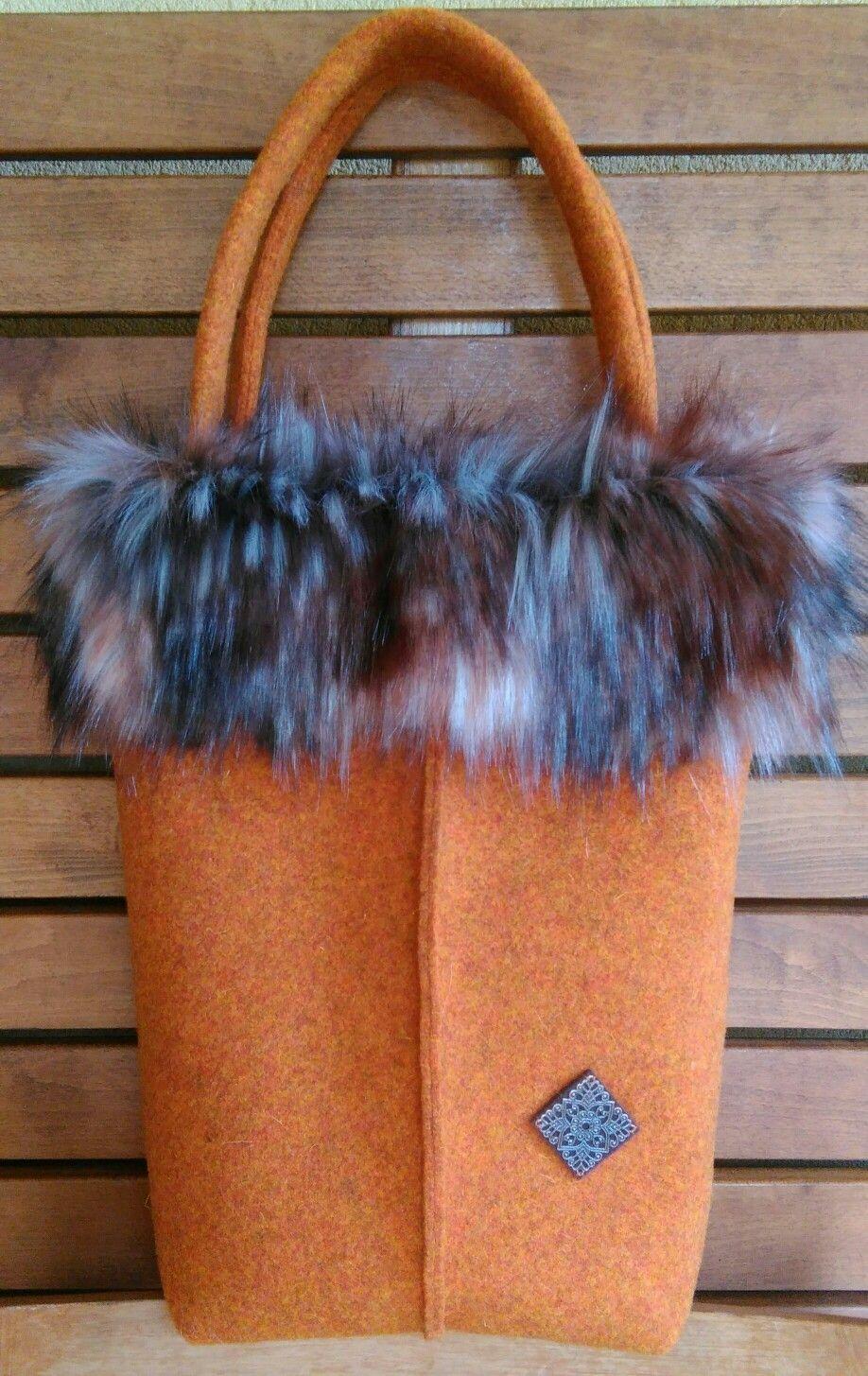 7a016307d1 Borsa feltro di lana con bordo in pelliccia ecologica. Foderata. Info  mariateresa.guidolin