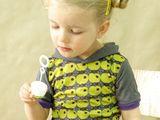 Süßes lässig-weites Kindershirt mit Blumenmuster.  Das Shirt ist mit mittelblauer Viskose vernäht.  Für Paypalzahlungen fällt pauschal eine zusätzliche Gebühr von 1,50 Euro an. Die Gebühr wird...