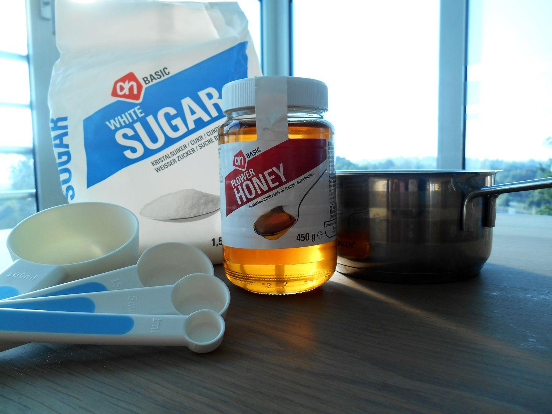 Twee recepten voor het maken van DIY suikerwax, de eerste met alleen suiker en de tweede met zowel suiker als honing.
