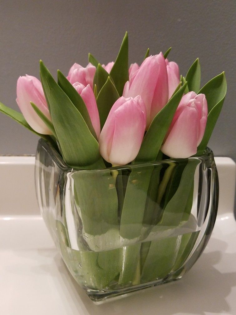Beautiful Pale Pink Tulips Arranged Simply In A Low Glass Vase Elegance Doesn T Have To Flower Arrangements Diy Centerpieces Tulips Arrangement Tulips In Vase