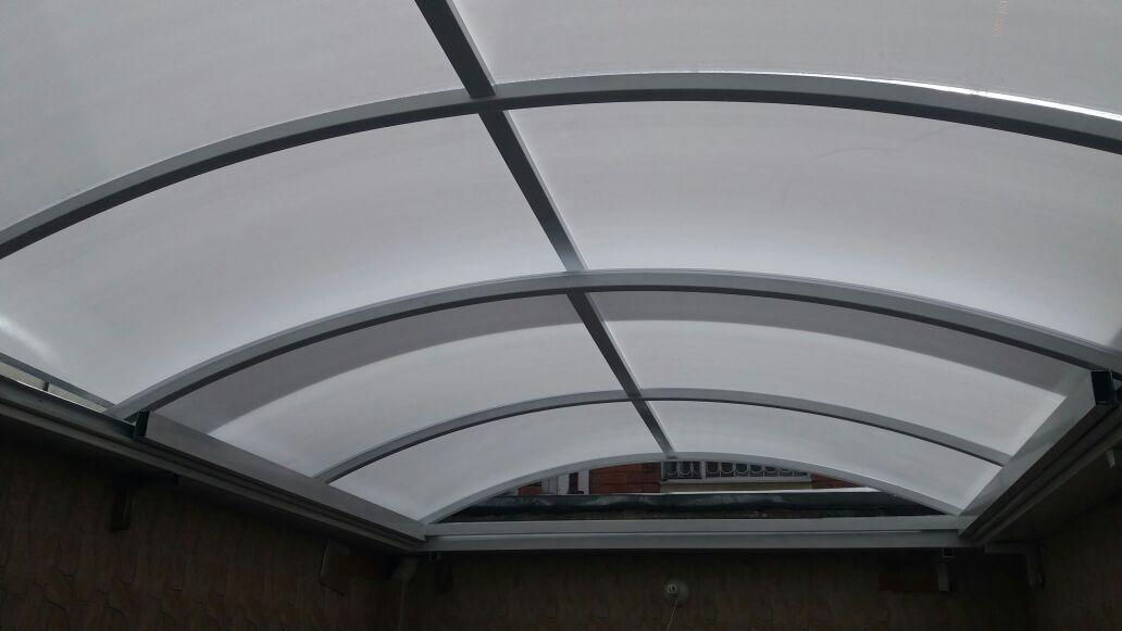 Cubierta en policarbonato alveolar opal ideasarkos for Laminas para techos interiores