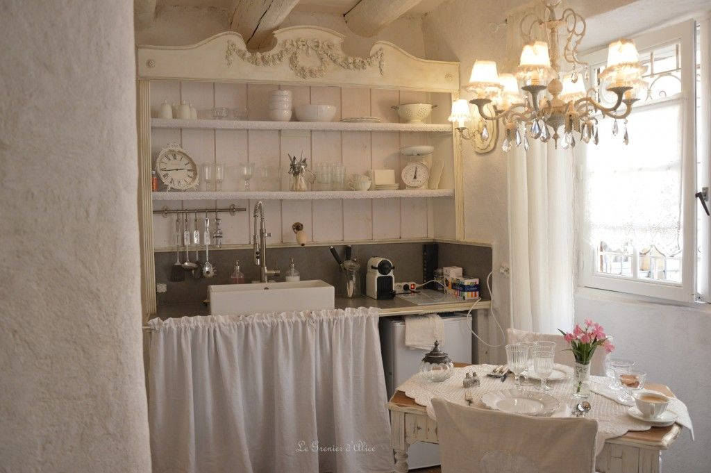 vaisselier salon cuisine shabby chic et romantique centre historique aix en provence airbnb. Black Bedroom Furniture Sets. Home Design Ideas