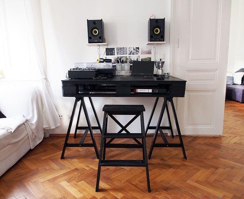 High Quality Palettentisch In Schwarz Auf Böcken Von IKEA Um Noch Mehr Stauraum Zu  Gewährleisten, Wurden Regalböden