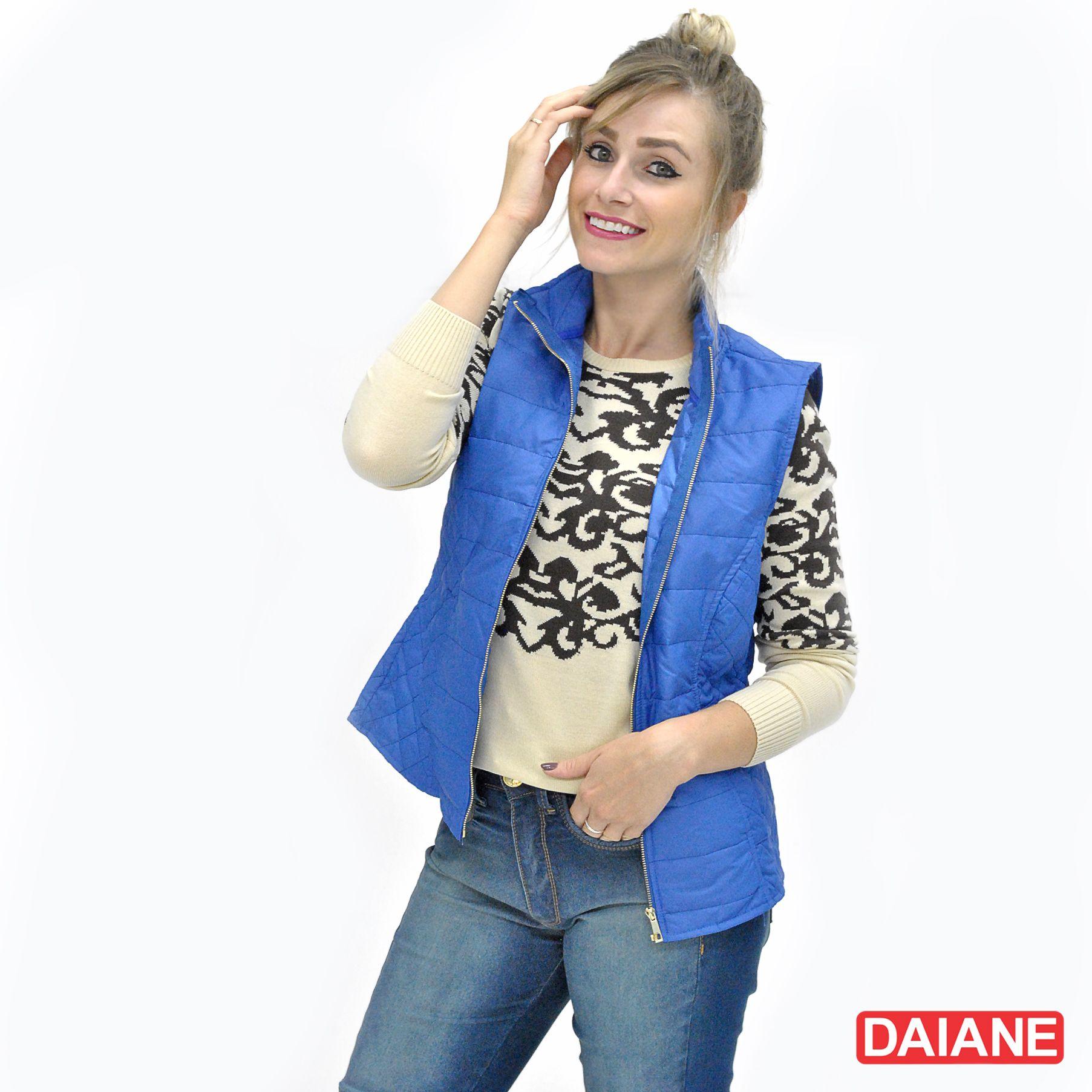 colete, tricot e jeans