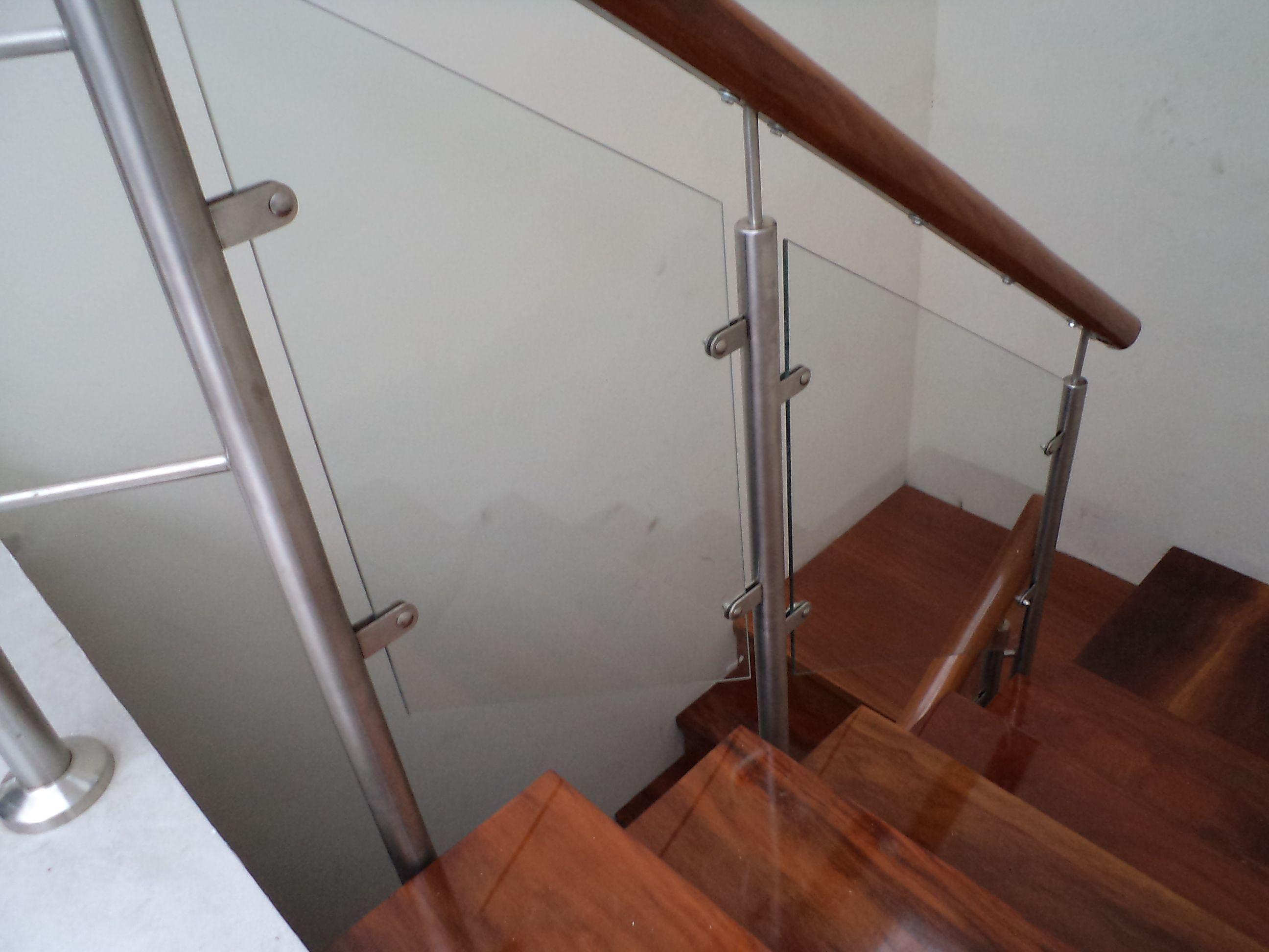 Escalera de acero inoxidable pasos y contrapasos de for Escalera de madera 5 pasos