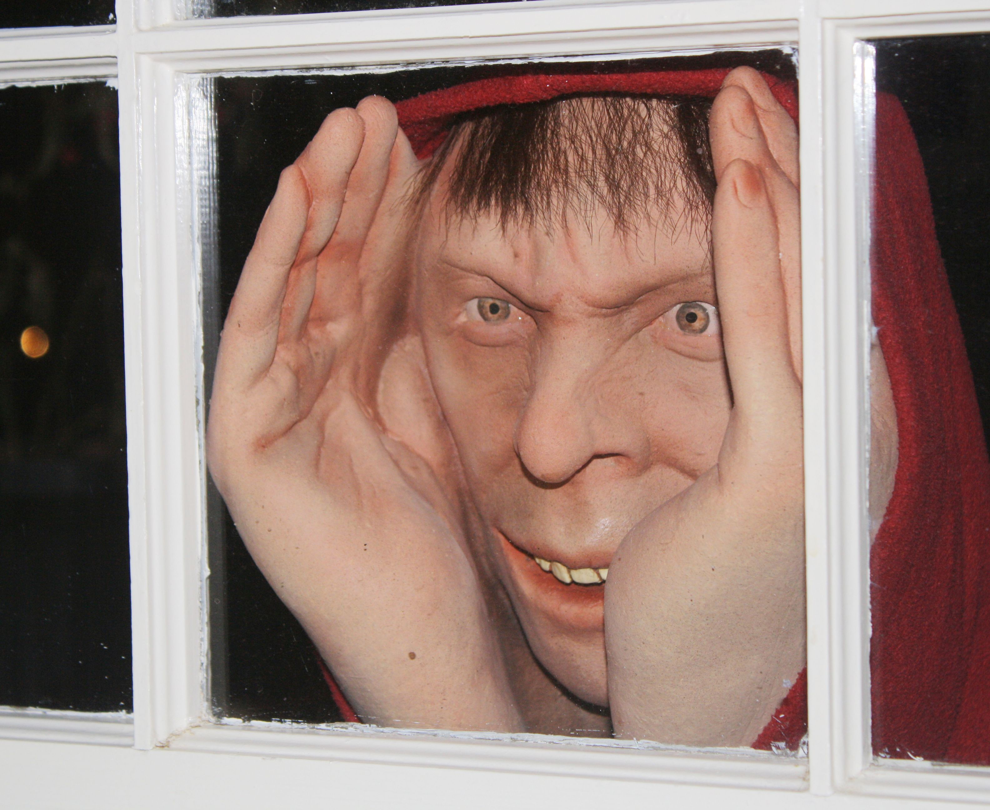 the scary peeper deluxe is the ultimate halloween prank. screams