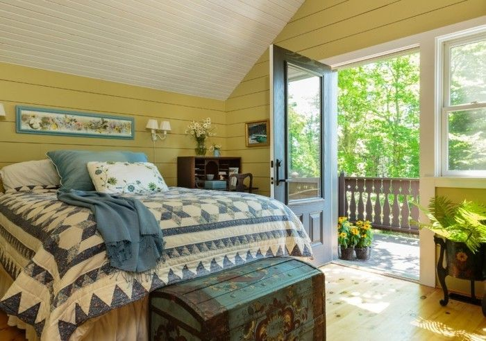 schlafzimmer landhausstil gelbe wandfarbe und frische bettwäsche