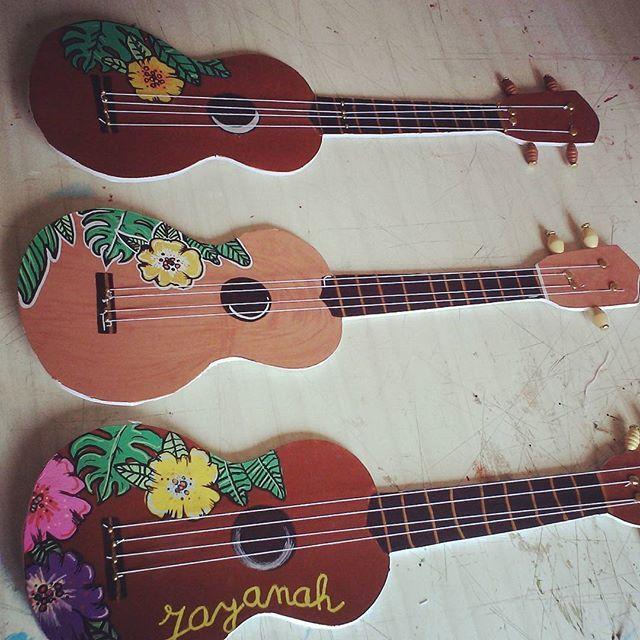 Les premiers enfants à tester les ukulele diy sont ravis ! #craftforkids #ukulele ##poscagallery #posca #poscalifecustom #surfinglife #aloha #music #fun#picoftheday #summer #flowers #holiday