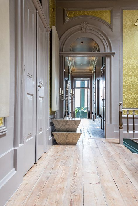 Palácio Fenizia is an elegant Guest House in the historic centre of Porto, in the lively Bonfim district close to the famous Rua Santa Catarina, one of the most vibrant streets of the Portuguese city. The privileged location of the palace...