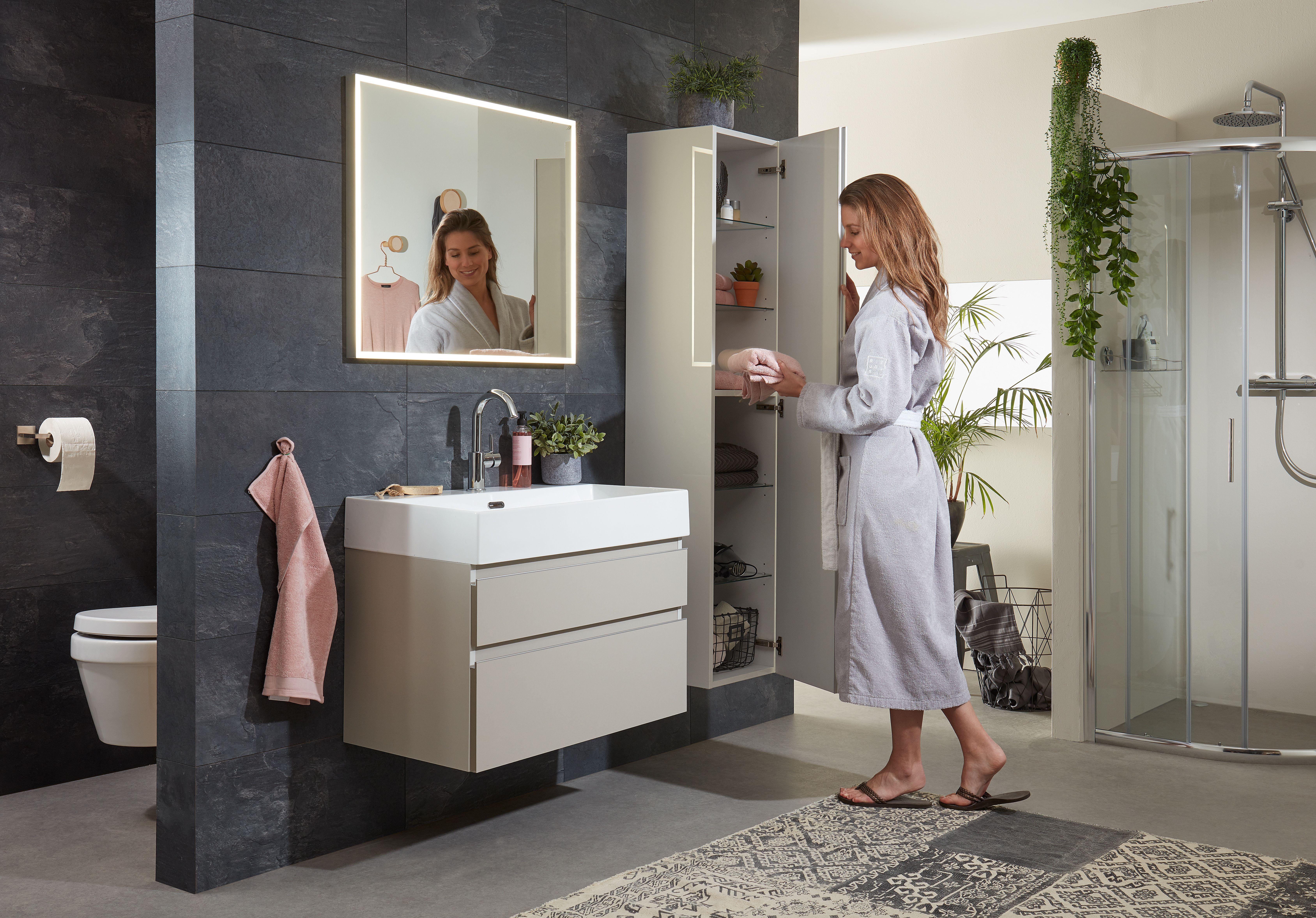 Breedte Toilet Badkamer : Een kolomkast voor de badkamer deuren met softclose sluiting