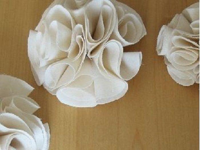tutoriel diy coudre des fleurs romantiques en tissu via couture fabric flowers. Black Bedroom Furniture Sets. Home Design Ideas