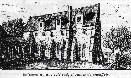 abbaye de Beauport: Bâtiment au Duc côté S, et ruines du chauffoir- 1) LE BATIMENT AU DUC:  Notre visite aux 4 bâtiments entourant le cloître est terminé, mais non celle de l'abbaye. Pour la compléter, descendons l'escalier à l'E du réfectoire et sortons dans le jardin au N de ce bâtiment. Nous apercevons à la suite de la salle du chauffoir une sorte de cloître s'ouvrant à l'O par 3 arcades et au N par 1 seule.