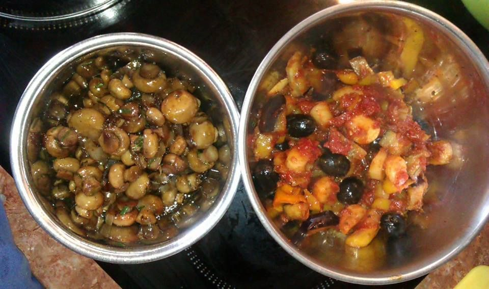 Marinierte Pilze mit Zwiebel, Knofi, Kräutern, Honig, Sherry, Balsamico
