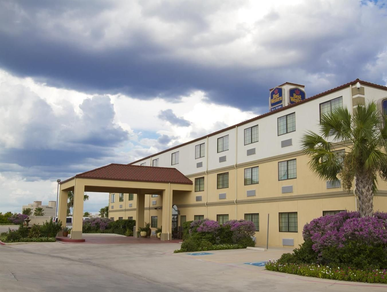 Best Western San Isidro Inn Laredo Texas Less Than 10 Minutes Drive From City Centre And The Mexican Border This Hotel Features Rooms With Free