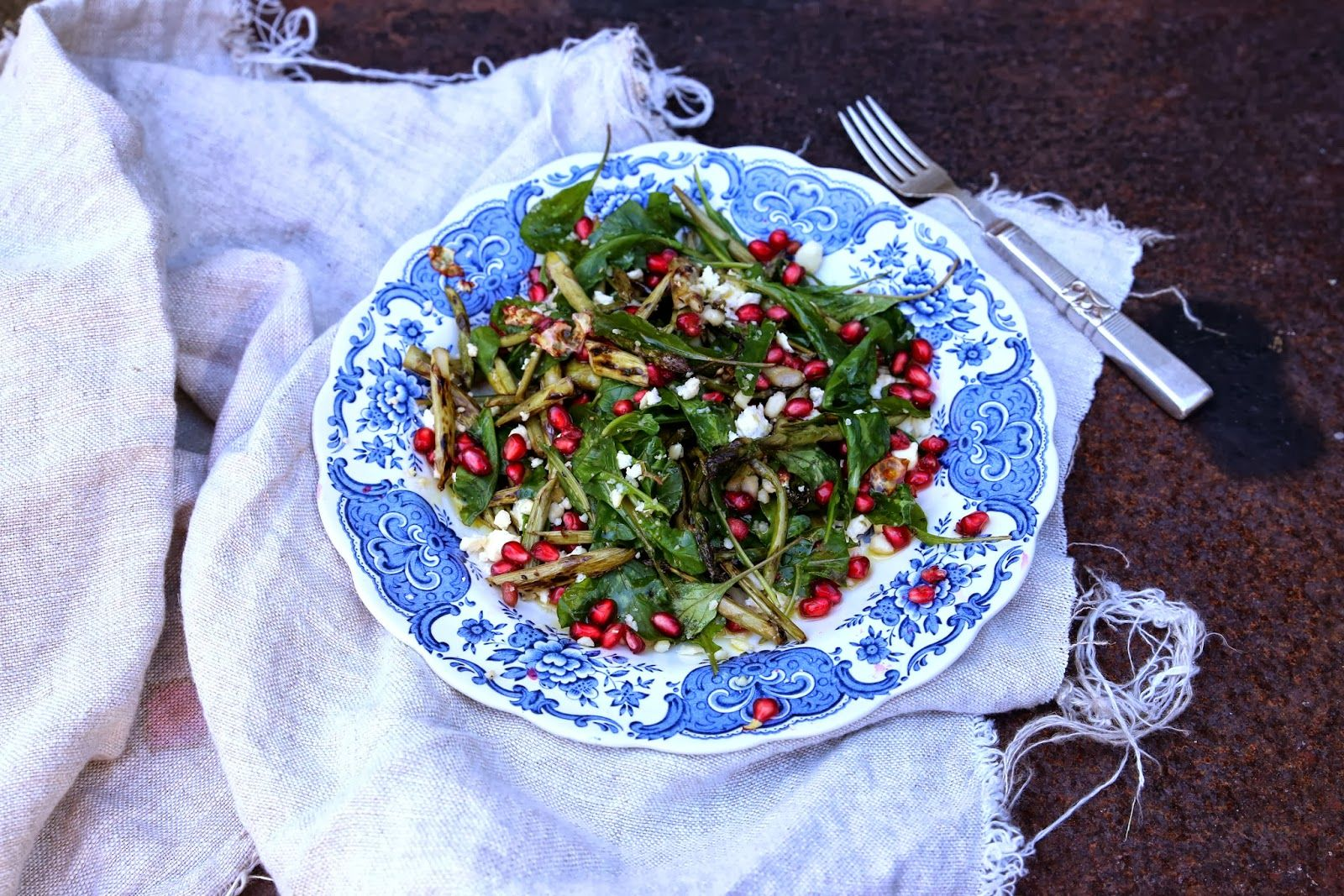 petite kitchen: SPRING ASPARAGUS AND ROCKET SALAD WITH GOATS CHEESE AND POMEGRANATE