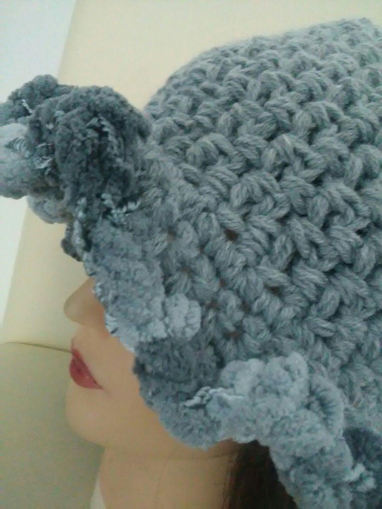 Particolare cappello in lana e ciniglia