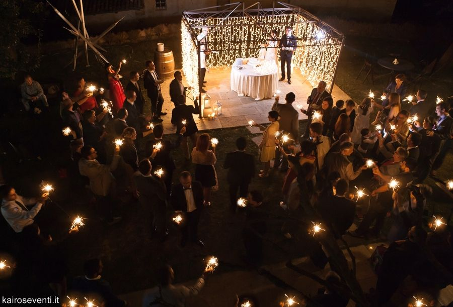 Il taglio torta tra una nuvola di luci. Wedding designer & planner Monia Re - www.moniare.com   Organizzazione e pianificazione Kairòs Eventi -www.kairoseventi.it   Foto Oscar Bernelli
