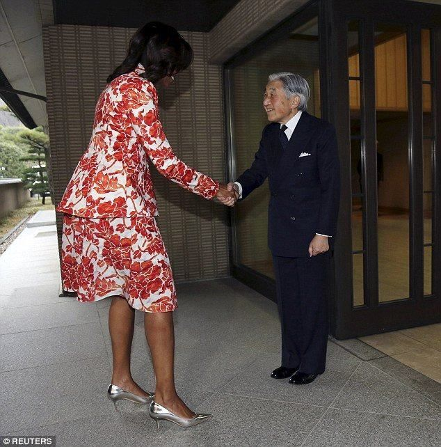 geophilworld: Michelle Obama pictured towering over Emperor Akih...