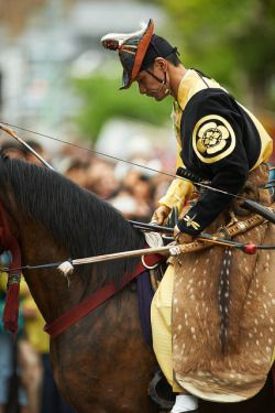 "kuroyuki: "" Yabusame - 21 by Bernard Languillier on Flickr. Über Flickr: The Kamakura Yabusame festival is probably Japan's most impressive demonstration of horse back Japanese archery. It takes place every year mid April in the Kamakura Hachiman..."