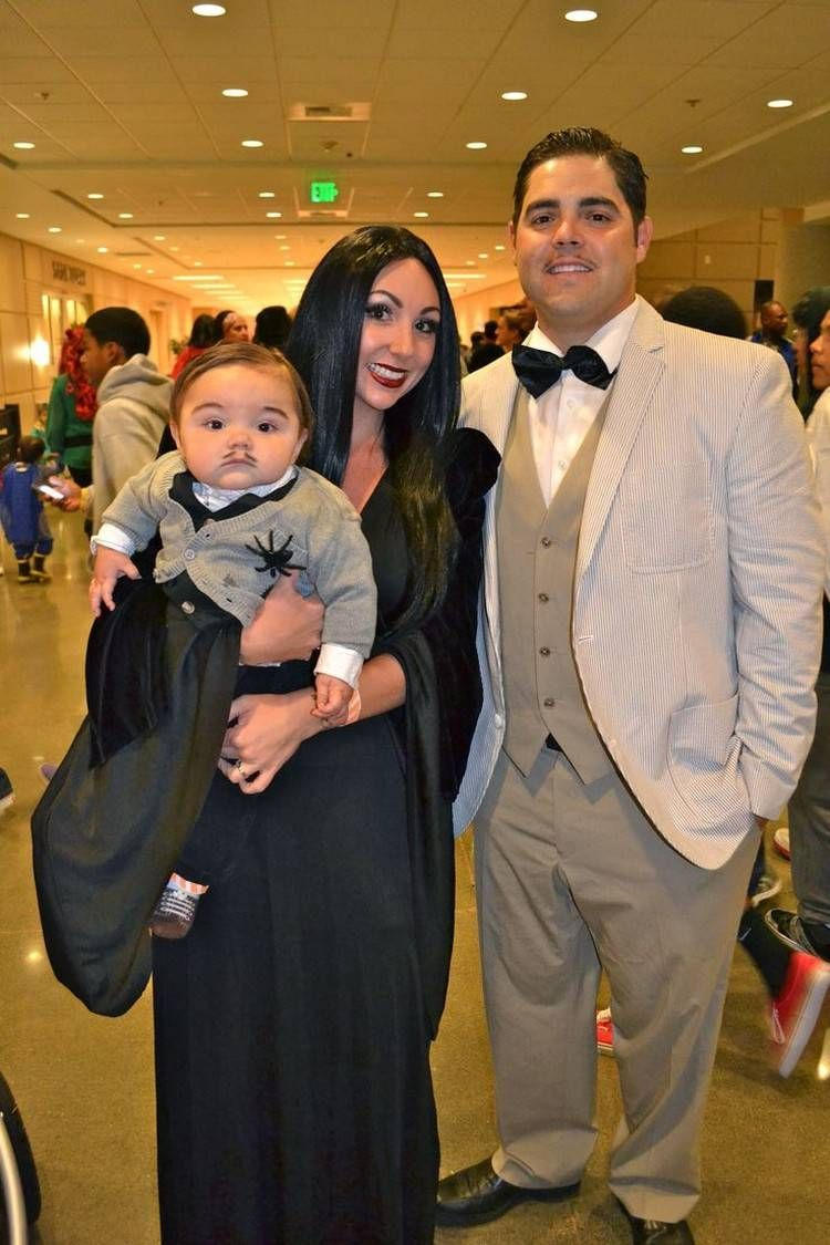 morticia und gomez addams mit ihrem baby | kostümideen | pinterest