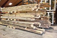 Planker af 100 år gammel fyrretræ 50 mm tykke   Går du med tanker om at bygge dit eget plankebord eller dine egen hylder med bomkant, så har du muligheden her.  Genbyg har fået skrået et parti 100 års gammelt tørt tømmer op til planker. Hver planke er ca 18 til 22 cm i bredde og har 2 bomkanter hvor man synligt kan se at træet er gammelt. Plankerne ligger i længder fra 3 til 5 m, men man behøver ikke købe den fuld længde. Prisen er pr meter.Pris: DKK 175,00