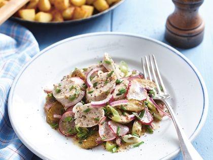 Weißwurstsalat mit Süßer-Senf-Vinaigrette und Bratkartoffeln