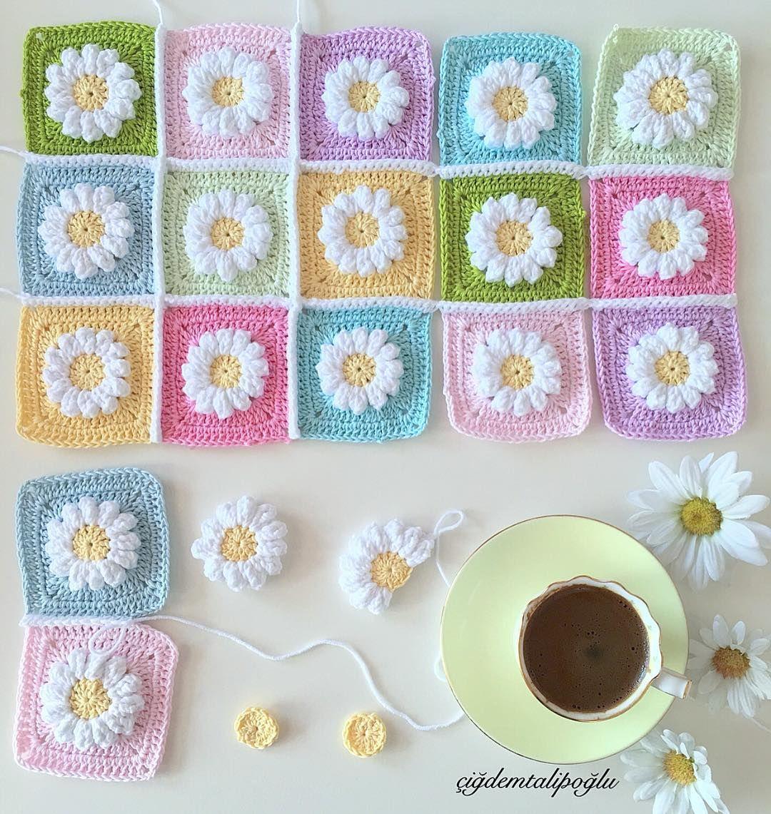 Yeni Haftanin Yeni Modeli Papatya Modeli Ayrica Motif Birlestirmeyi Ve Kirlentlerin Arkasini Nasil Yaptigima Da Crochet Wool Crochet Daisy Crochet Crafts