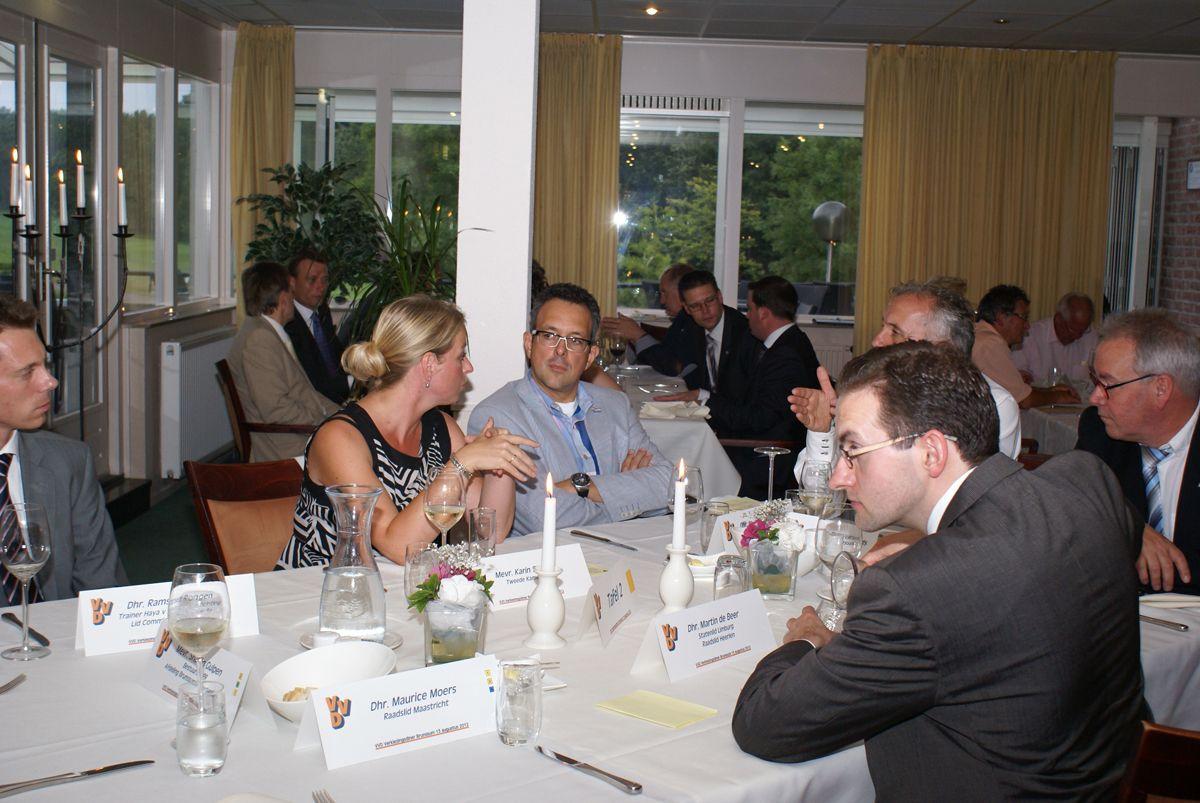 De avond werd ingeleid door Jack van Oppen, voorzitter van VVD Parkstad (op de foto rechts naast mij). Tijdens het diner zat de stemming er al goed in. VVD-ers onderling die in de startblokken staan om met de campagne te beginnen.