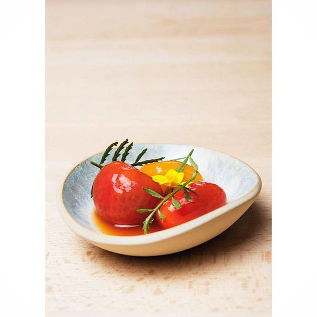 Cerámica del día: One of the first shots from the time a crazy chef ordered 100 pieces (with eight days notice) and then flew me to Norway to deliver them. ::Sumer morning in brines:: Three varieties of tomatoes ponzu made with tomato juice and tagete flores. #porqueno #ceramics #cerámica #cerámicadeldía #tastingmenu #menúdegustación #chef #stavanger #norway #travel #adventure #keramik #céramique #keramikk #tomatoes #tomates #tomater #cookinginmotion #theartofplating #gastronomy by…