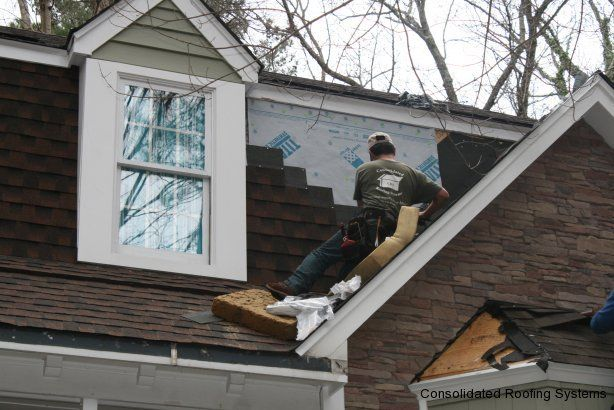 A Crs Foreman Installing A Gaf Architectural Shingle On A Gambrel Roof Face By 6 Nailing And Caulking The Corner Of Architectural Shingles Gambrel Roof Gambrel